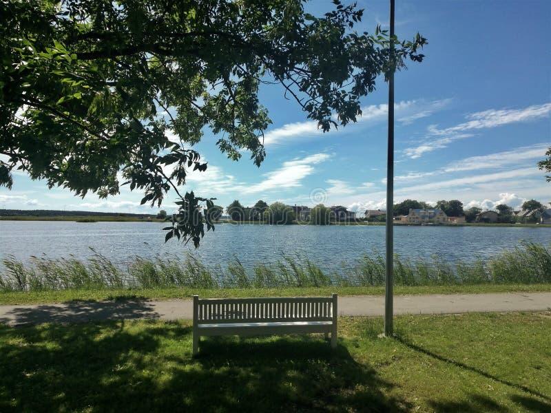 Ławka na brzeg jezioro Haapsalu fotografia stock