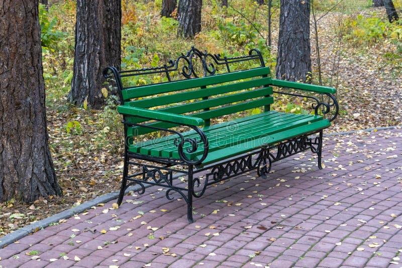 Ławka parkowa jesienią fotografia stock