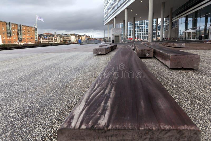 Ławka szalunek na placu w mieście Ã… rhus obraz stock