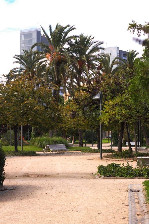 Ławka w miasto parka drodze przemian fotografia stock