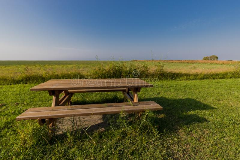 Ławka z stołem w łące zdjęcie stock