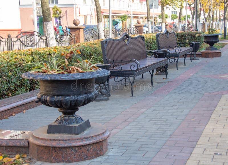 Ławki dla odpoczynku w miasto parku zdjęcia stock