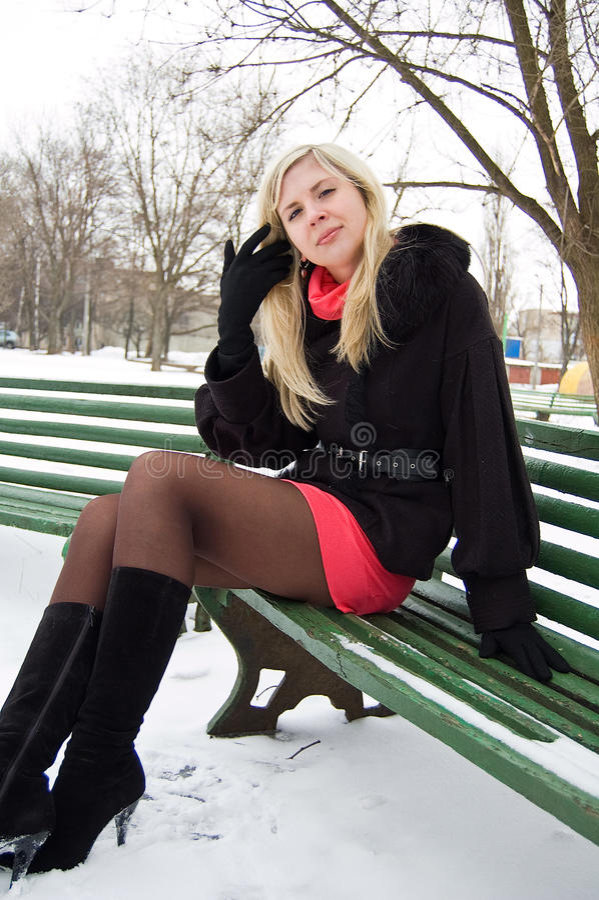 ławki dziewczyny parka zima obrazy stock