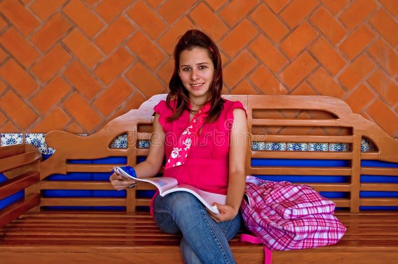 ławki szkoła wyższa kobiety długi czytelniczy uczeń zdjęcia royalty free