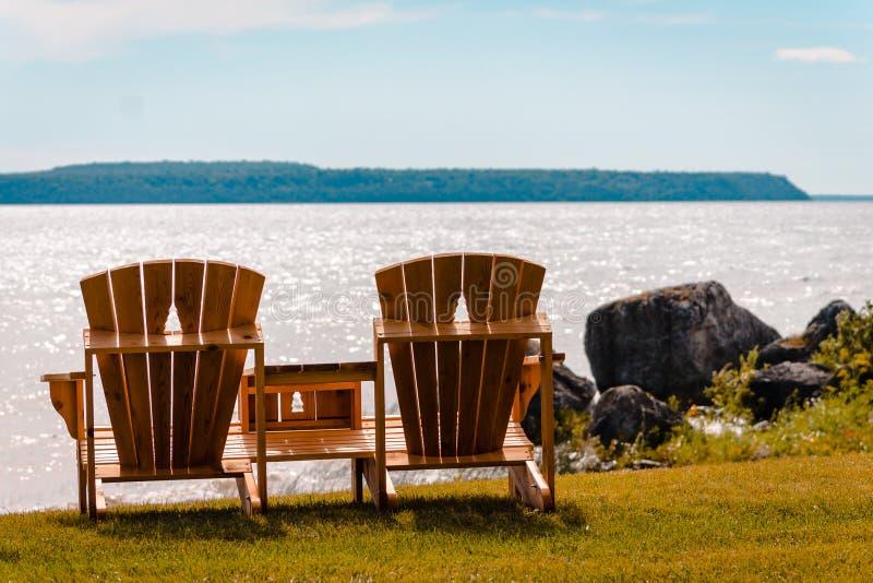 Ławki z widokiem Mackinac wyspy na jezioro michigan obraz stock