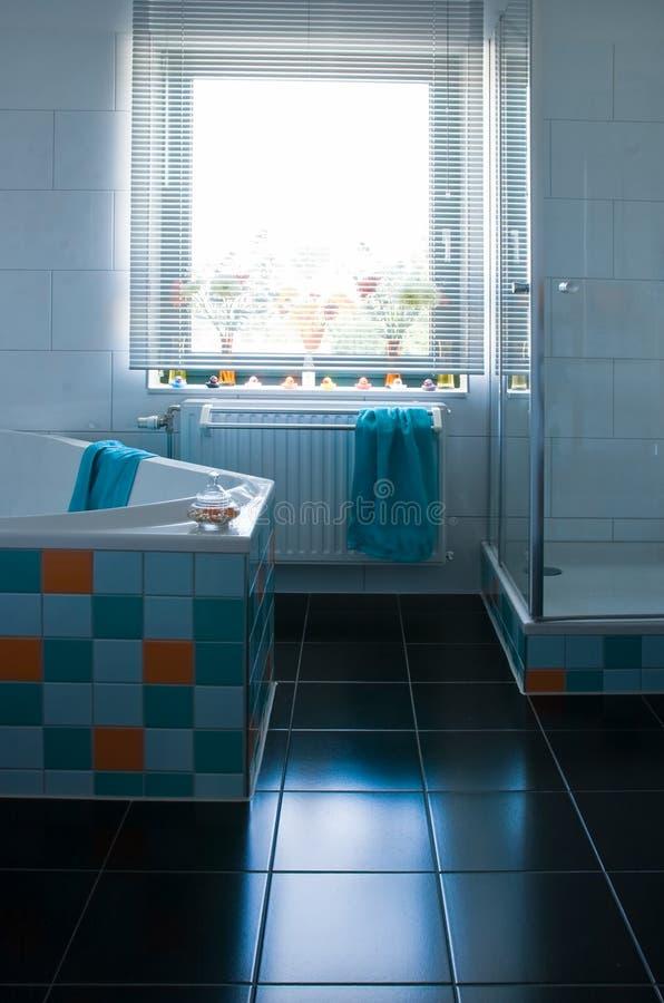 łazienka biel czarny kolorowy podłogowy fotografia royalty free