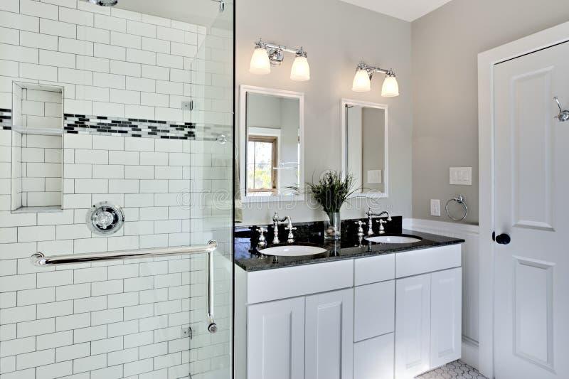 łazienka jaskrawy przemodelowywa biel zdjęcie royalty free