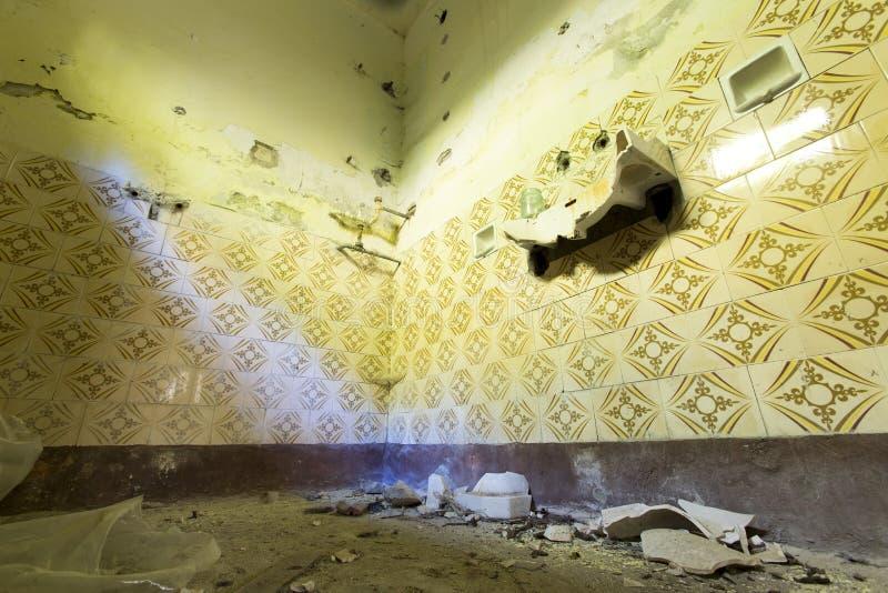 Łazienka w zaniechanej szkole zdjęcia stock