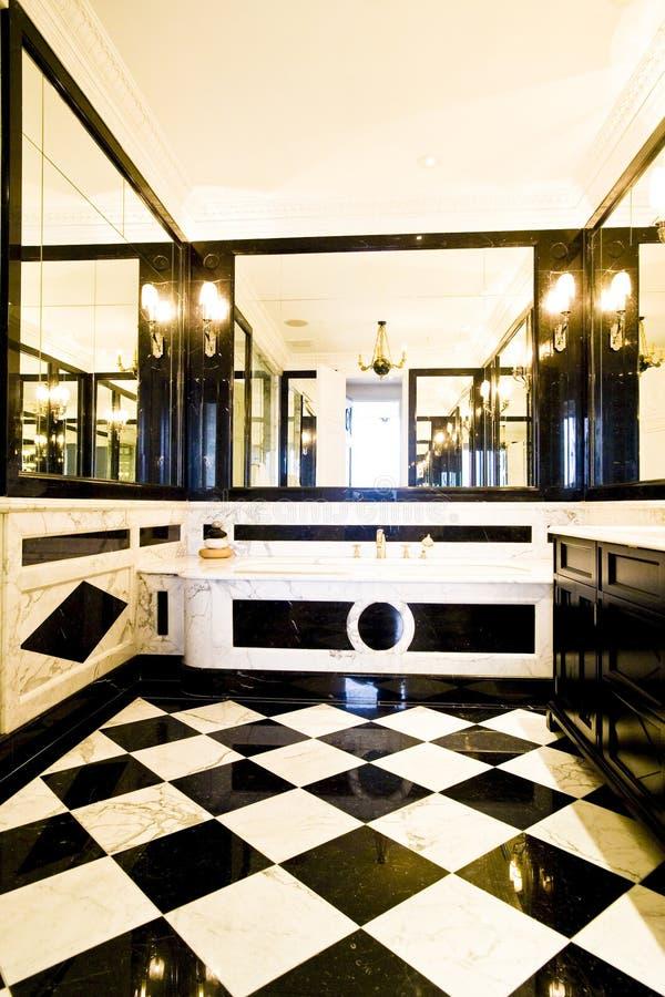 Łazienka z czarny i biały płytkami fotografia royalty free