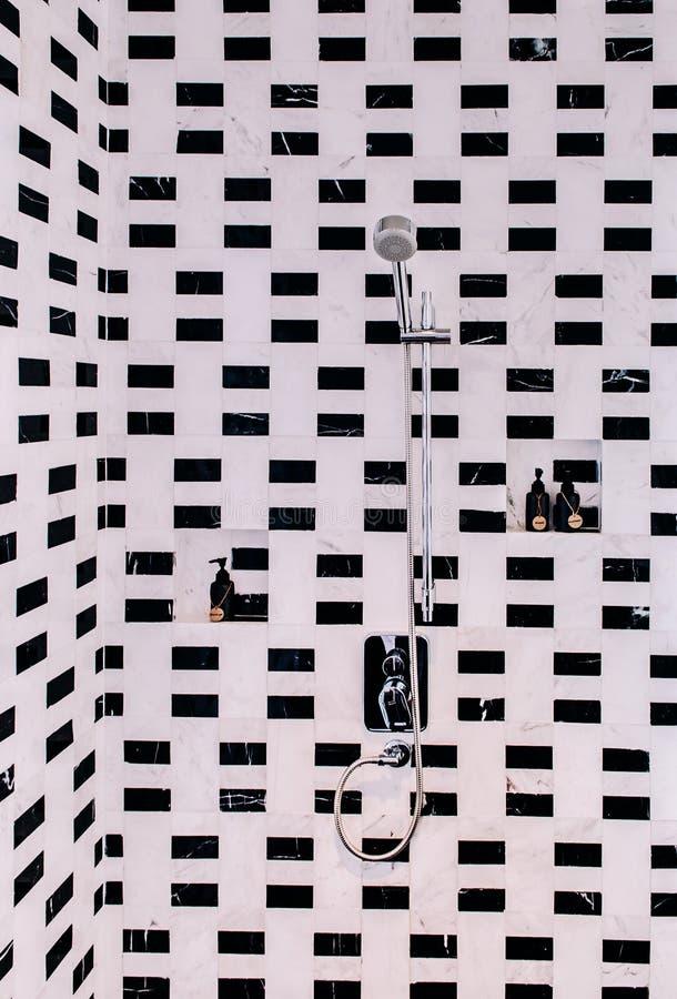 Łazienki prysznic z nowożytnym miastowym wewnętrznym projektem, czernią i whi, zdjęcie stock