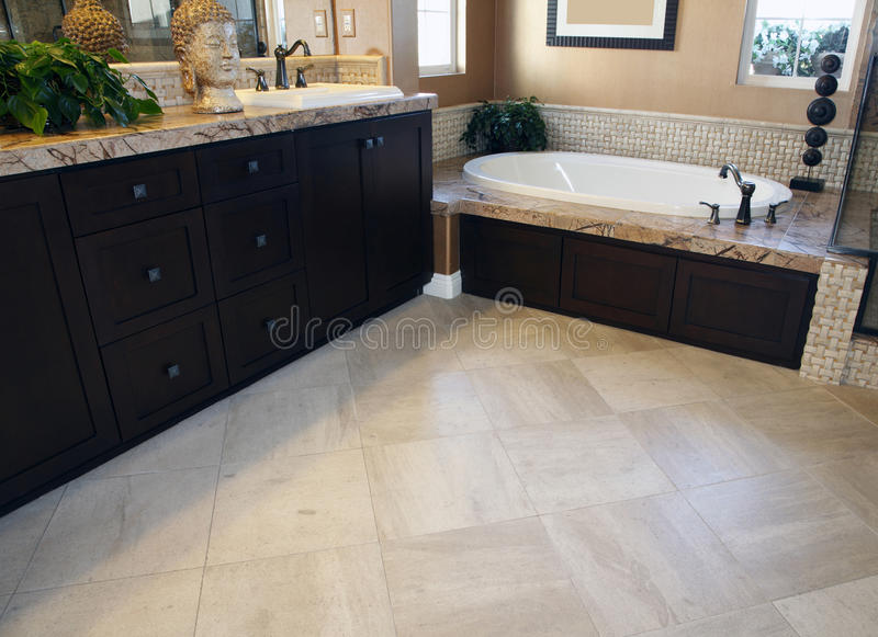 łazienki przestronny podłogowy fotografia stock