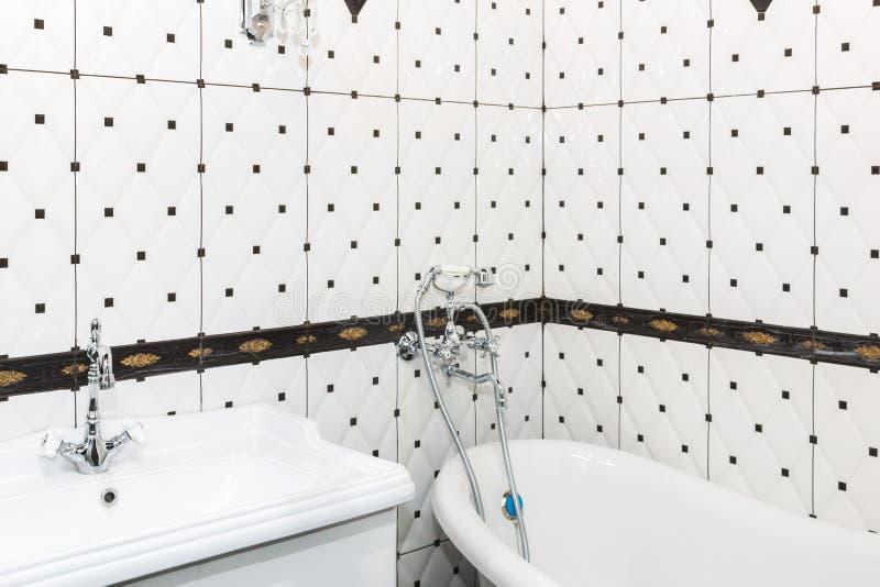 Łazienki wnętrze w art deco stylu Klasyczna łazienka i washbasin w połączeniu z pięknymi ceramicznymi płytkami obraz stock