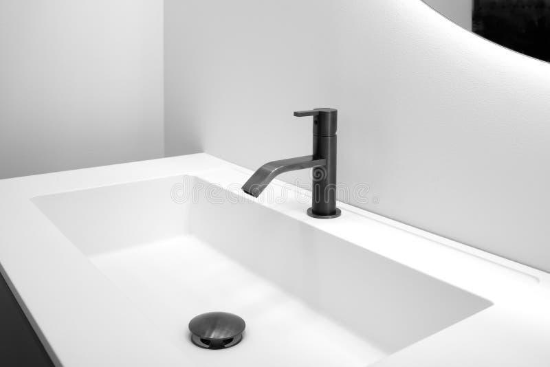 Łazienki wnętrze z białym zlew i czarny nowożytny techno projektujemy faucet zdjęcie royalty free