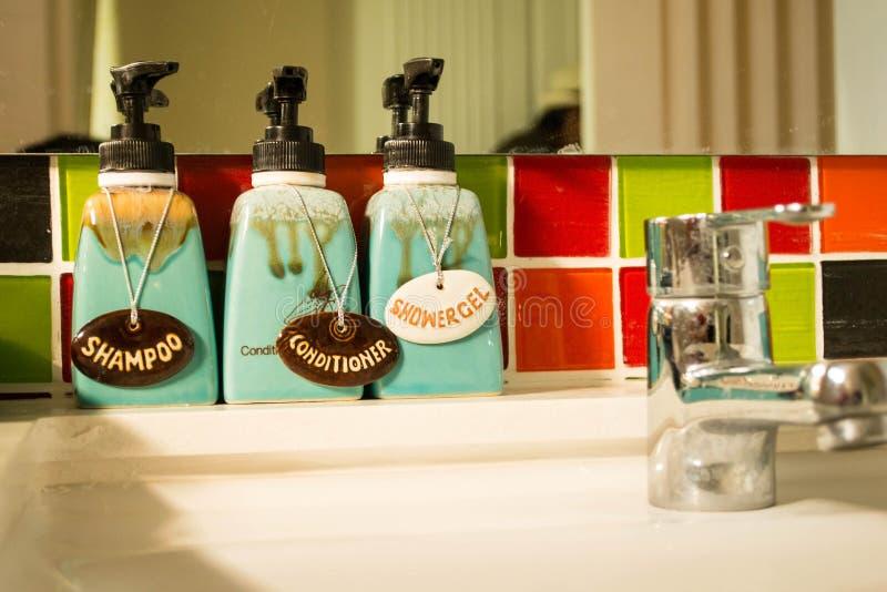 Łazienki wnętrze z ciało opieką, luksusem i higieny pojęciem, - zdjęcie royalty free