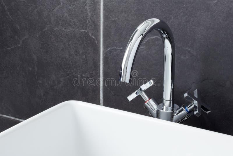 łazienki współczesny zlew klepnięcie zdjęcie stock