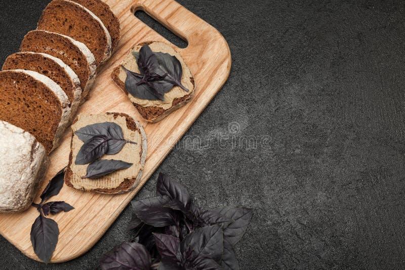 Łba kurczaka grzanki Terrine wątrobowy chleb Odbitkowa przestrze? dla teksta zdjęcie stock