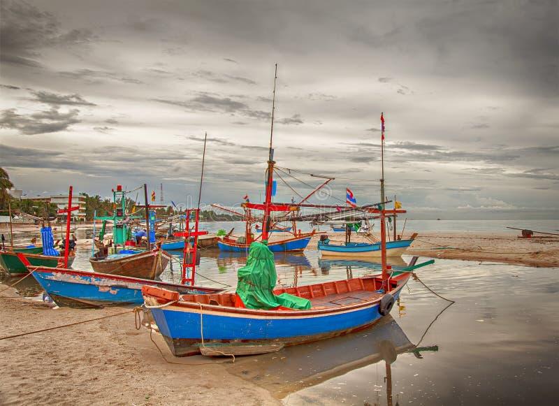 łodzi połowów na plaży obrazy stock