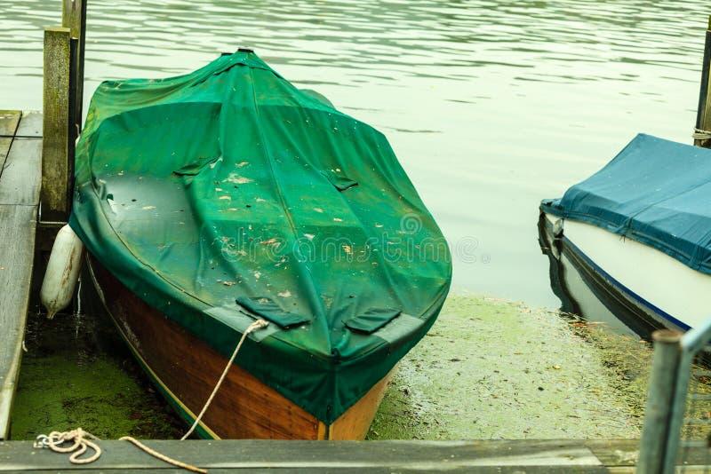 Łodzi rybackiej rowboat cumujący i unosi się przy wybrzeżem fotografia stock