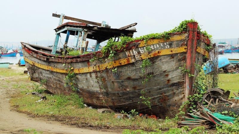 Łodzi rybackiej starzy kłamstwa porzucający na plaży obraz royalty free