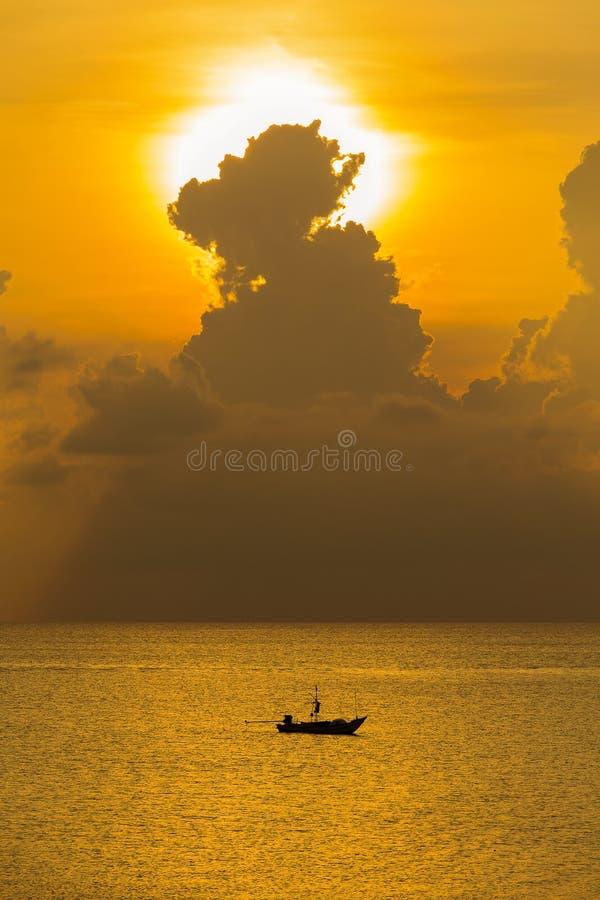 Łodzi rybackiej sylwetka i czochry woda morska podczas wschodu słońca w Tajlandia obraz stock