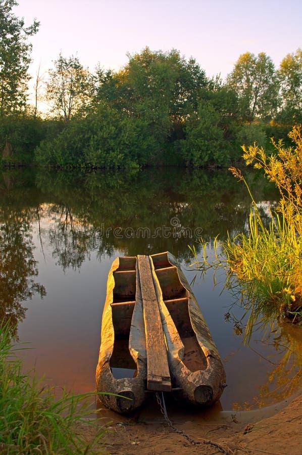 łodzi rzeka brzegowa pobliski obrazy royalty free