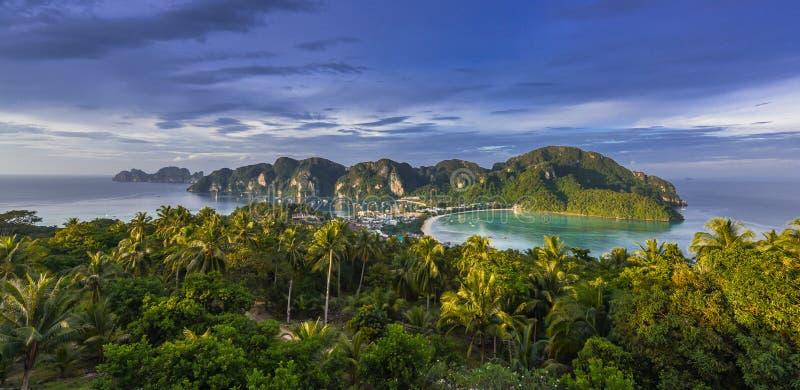 łodzi wyspy krajobrazu magiczny phi wschód słońca tajlandzki Thailand fotografia royalty free