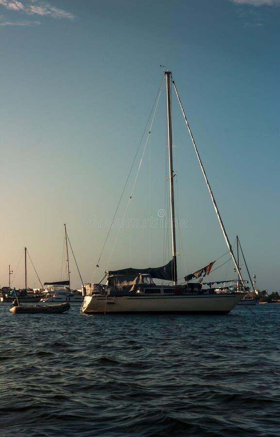 Łodzie żegluje wolno na morzu fotografia stock