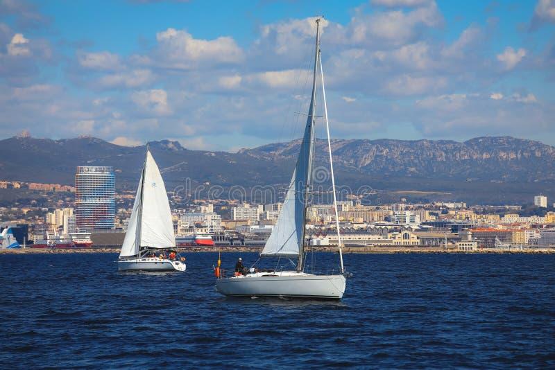 Łodzie żegluje zdala od starego portu Marseille zdjęcie royalty free