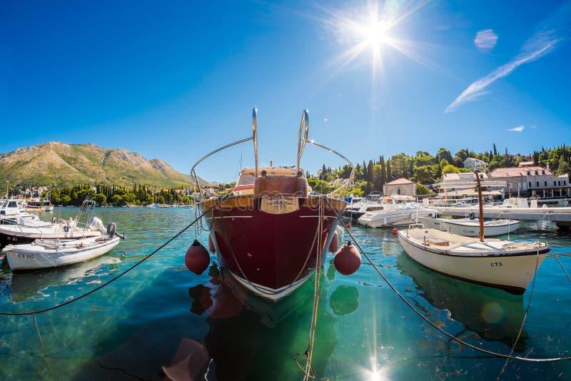 łodzie Croatia Morze i jachty w jasnym nawadniamy zdjęcia stock