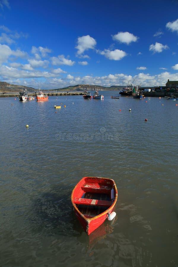 Łodzie cumować w Lyme Regis obrazy stock