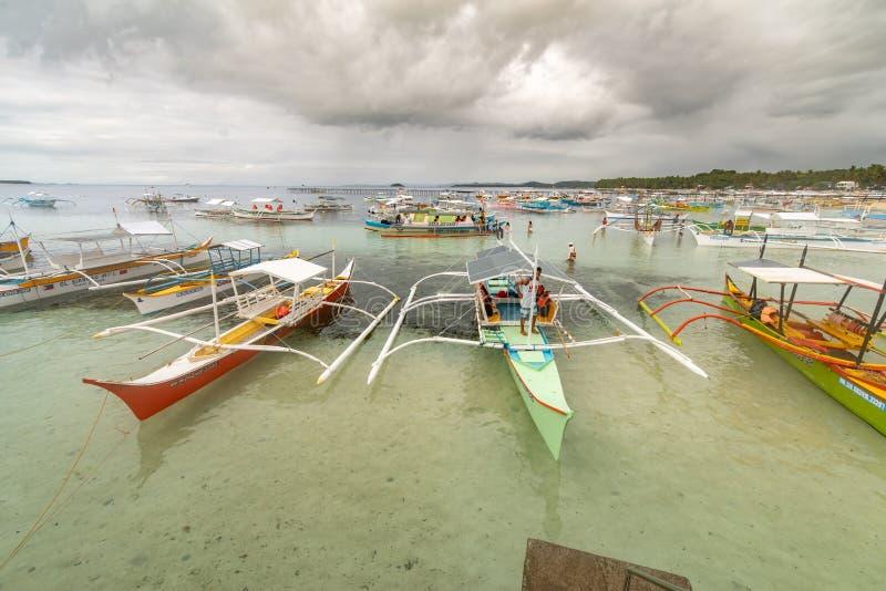 Łodzie czeka podnosić w górę turystów od generała Luna portu, Siargao, Filipiny, Apr 29, 2019 zdjęcie stock