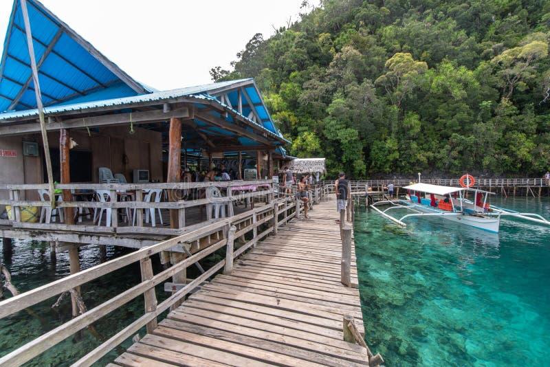 Łodzie czeka podnosić w górę turystów od Socorro, Surigao Del Norte, Filipiny, Apr 29, 2019 zdjęcie stock