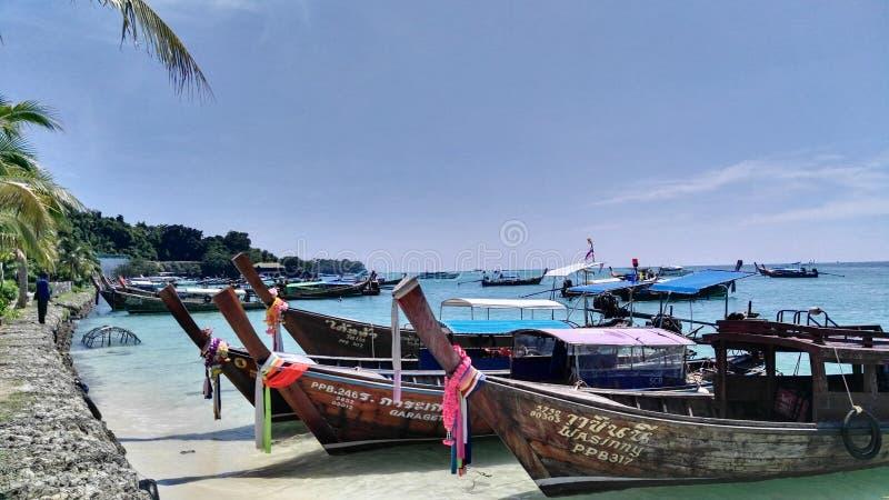 Łodzie czeka w Phi Phi wyspie obraz royalty free