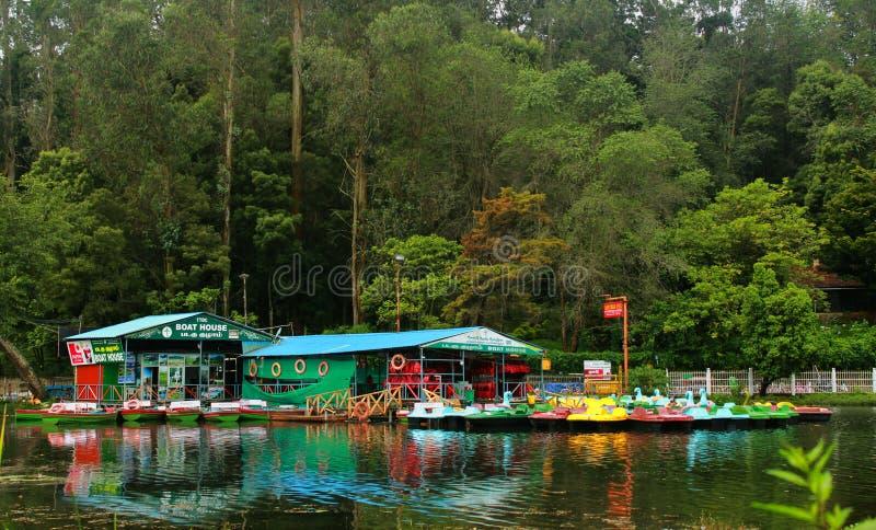 Łodzie czekają wycieczek turysycznych ludzi przy kodaikanal łódkowatym domem przy wczesnym porankiem z odbiciami obraz royalty free