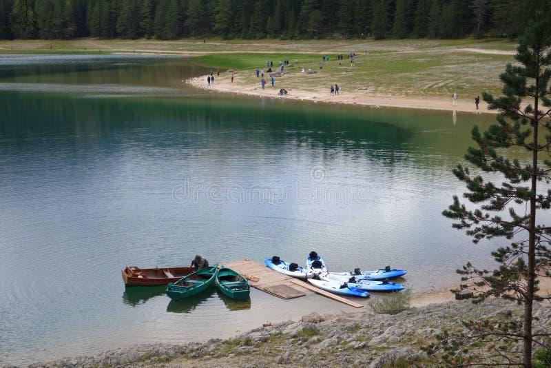 Łodzie i czółna na spokojnej jezioro wodzie Kajaki i łodzie obrazy stock