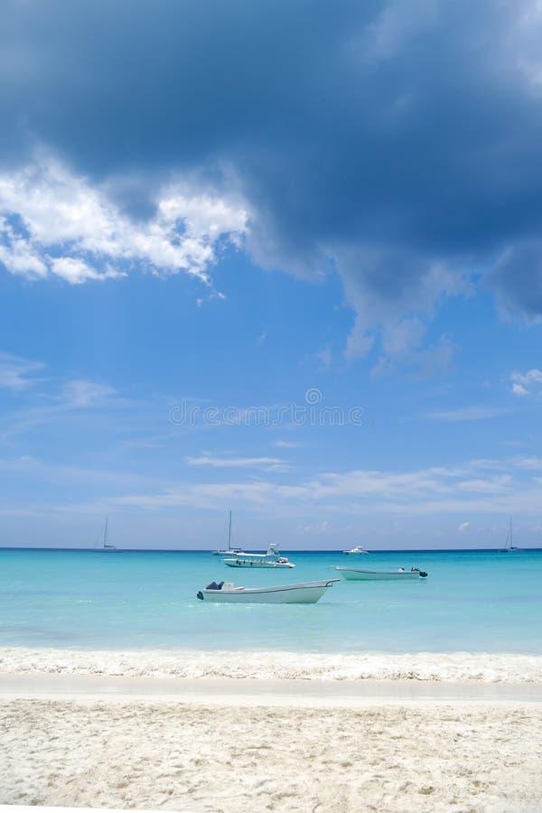 Łodzie i egzot plaża zdjęcie stock