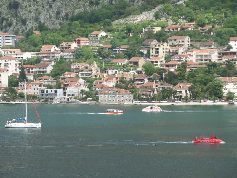 Łodzie i jachty Żegluje na Błękitnym Adriatyckim morzu, Kotor zatoka obraz stock