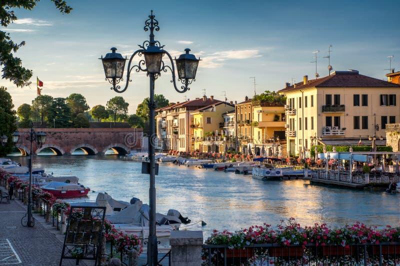 Łodzie i most w porcie na Jeziornym Gardzie, Peschiera Del Garda obraz royalty free