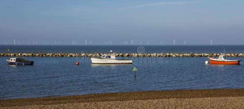 Łodzie i Na morzu farma wiatrowa w Kent obraz royalty free