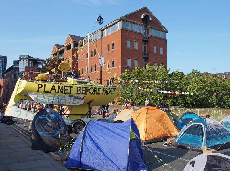 Łodzie i namioty na drodze przy wygaśnięcie bunta protestem blokuje Victoria most w Leeds zdjęcie stock