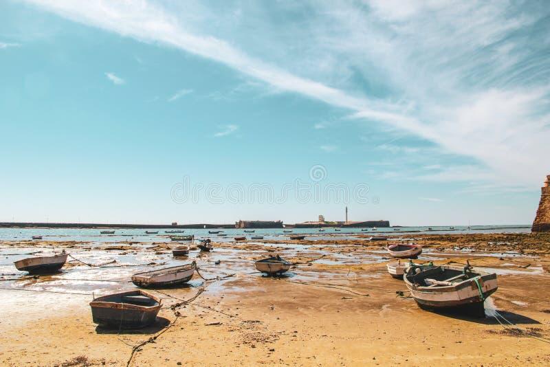 Łodzie i przypływ w plaży Cadiz w Andalusia, Hiszpania fotografia stock