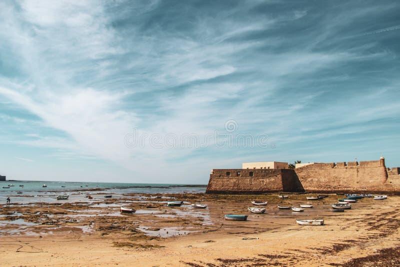 Łodzie i przypływ w plaży Cadiz w Andalusia, Hiszpania obrazy royalty free