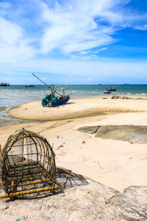 Łodzie i rybi oklepiec na plaży obrazy stock