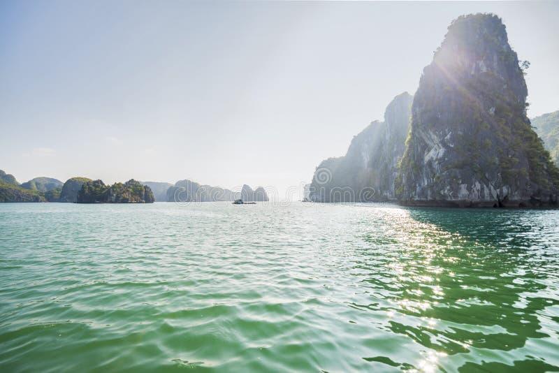 Łodzie i wyspy w Halong zatoce, Północny Wietnam fotografia royalty free