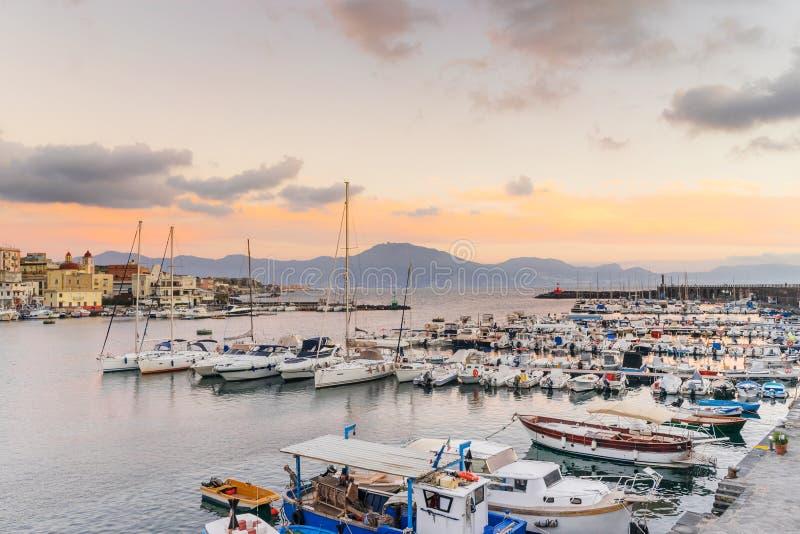 Łodzie i yatchs w porcie Torre Del Greco w zatoce Naples, na tła Sorrento półwysepie, Campania, Włochy zdjęcie royalty free