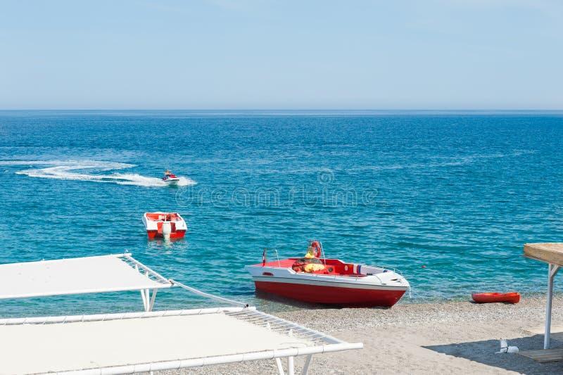 Łodzie motorowa na plaży w Kemer, Turcja obraz stock