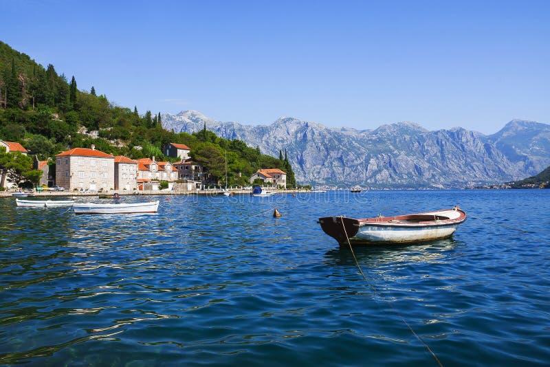 Łodzie na Śródziemnomorskim wybrzeżu blisko miasteczka Perast, Monten obrazy stock
