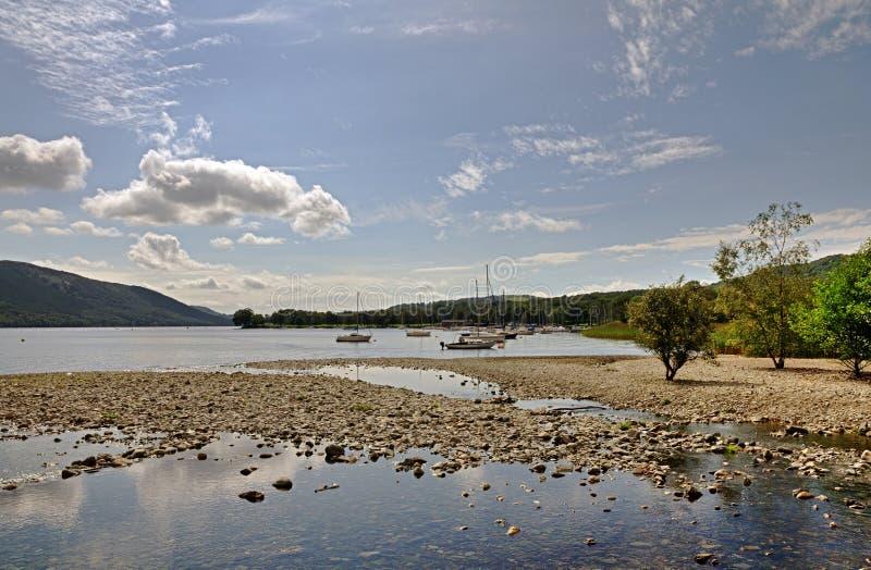 Łodzie na brzeg Coniston woda fotografia stock