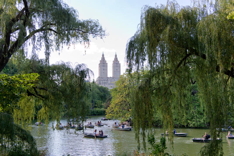 Łodzie na Central Park jeziorze z widokiem San Remo fotografia stock