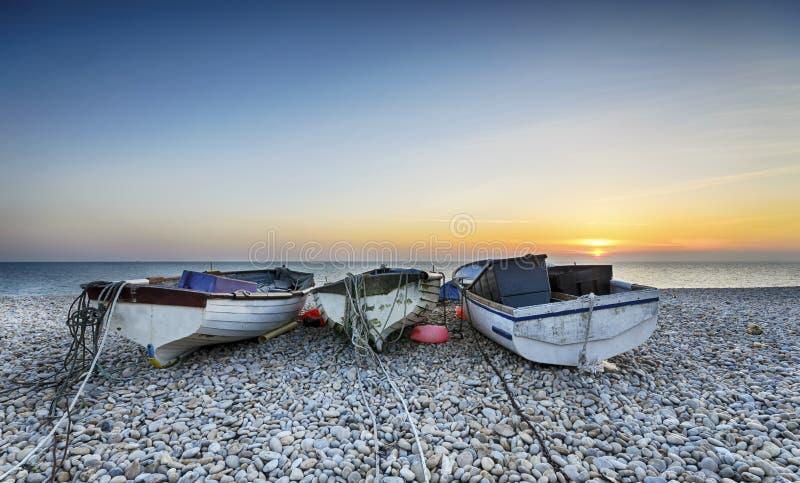 Łodzie na Chesil plaży fotografia royalty free